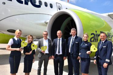 Martin Gauss, CEO airBaltic (Mitte) mit Arne Kirchhoff, Senior VP Aviation Stuttgart Flughafen (3. v.l.) und Crew in Stuttgart - Copyright Stuttgart Fluhafen GmbH