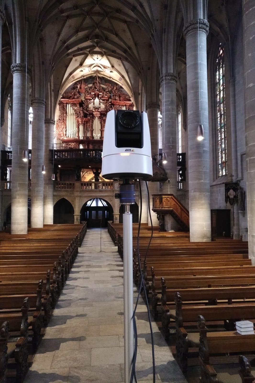Axis Communications ermöglicht Livestream aus der Kirche mit PTZ-Kamera.