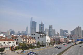 Altstadt in Shanghai vor Skyline