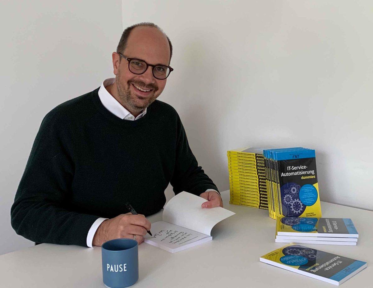 Büch, Patrick_Hauptautor_beim Signieren