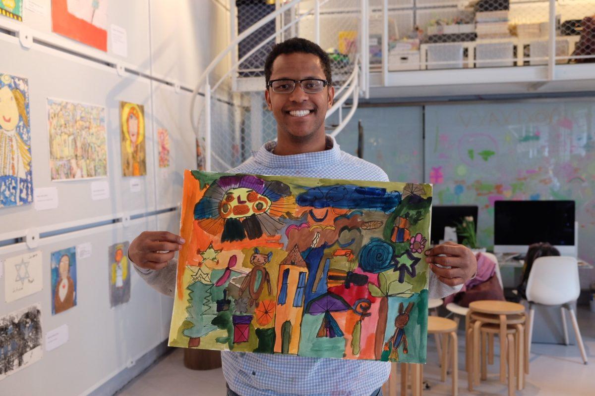 Der Kreativität freien Lauf lassen: Michel, 21 Jahre, mit seinem Kunstwerk - Copyright little ART