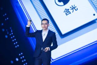 Jeff Zhang, CTO der Alibaba Group und Präsident von Alibaba Cloud Intelligence, stellt Alibabas KI Chip vor.
