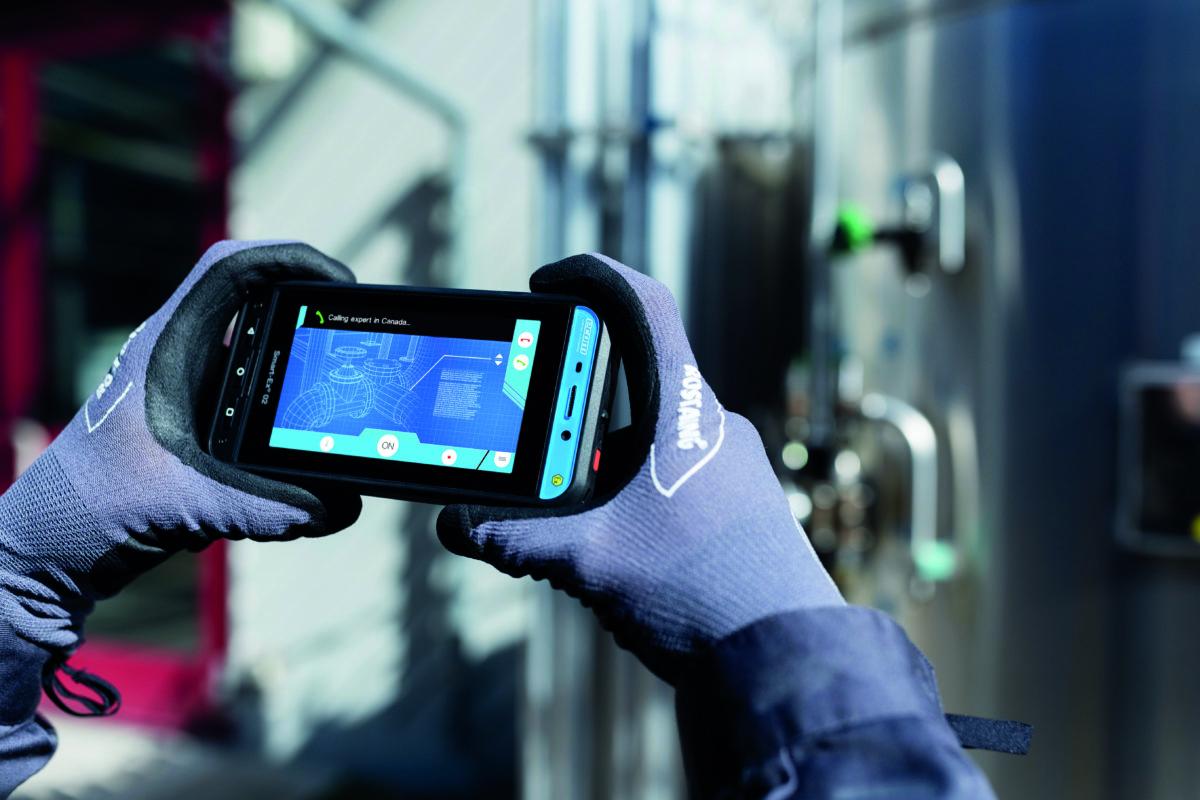 Die Bedienung des Smart-Ex 02 ist sehr intuitiv: Push-to-Talk- und Alarm-Tasten, Lautstärkeregelung und die Kamera-Auslösetaste lassen sich dank ergonomischem Design und handlicher Anordnung leicht bedienen – auch mit Handschuhen. (CR: Pepperl+Fuchs)