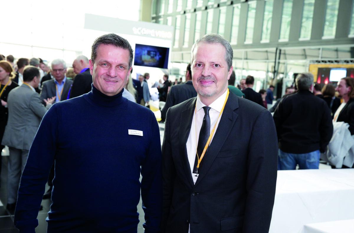 Michael Rosbach vom Scopevisio Vorstand (links) und Dr. Peter Walz, CSO der Concardis Payment Group (rechts) auf dem Cloud Unternehmertag 2019 (Foto: Simon Hecht/Scopevisio AG).