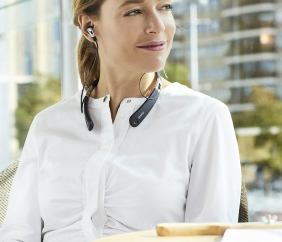 AH-C820W: Der kabellose Nackenbügel In-Ear-Kopfhörer macht den druckvollen Denon Sound grenzenlos mobil