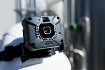 Die Cube 800 sitzt sicher an Schutzhelm oder Stirnband. (CR: ecom)
