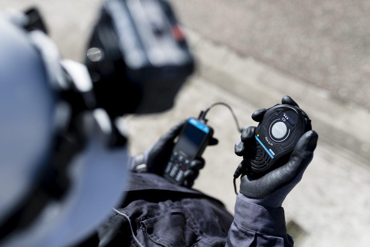 Das Lautsprecher-Mikrofon RSM-Ex 01 ist extrem robust, liegt flach und ergonomisch am Körper und ist einfach in Sicherheitsausrüstung integrierbar. (CR: ecom)